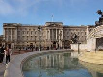Buckingham Palace med springbrunnen och blå himmel royaltyfri fotografi