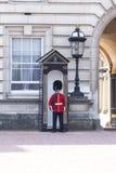 Buckingham Palace mit königlichem Schutz auf dem Schutz, London, Vereinigtes Königreich Stockfoto
