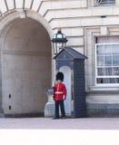 Buckingham Palace mit königlichem Schutz auf dem Schutz, London, Vereinigtes Königreich Stockbild