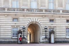 Buckingham Palace mit königlichem Schutz auf dem Schutz, London, Vereinigtes Königreich Lizenzfreie Stockfotos