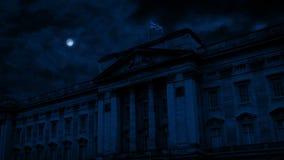 Buckingham Palace na noite com lua acima video estoque