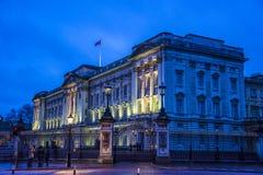 Buckingham Palace nachts, London, England, Großbritannien stockfotos