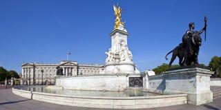 Buckingham Palace och Victoria Memorial i London royaltyfria bilder
