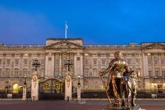 Buckingham Palace på natten Royaltyfri Foto