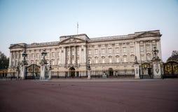 Buckingham Palace - residencia principal oficial de la reina Elizabeth II en Londres fotos de archivo