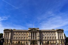 Buckingham Palace som är full - sikt av Buckingham Palace under soluppgång Buckingham Palace och den Victoria minnesmärken med so royaltyfri foto