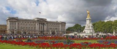 Buckingham Palace und Victoria-Denkmal lizenzfreies stockfoto