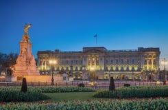 Buckingham Palace under skymning Arkivfoton