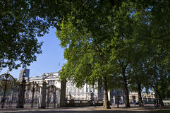 Buckingham Palace viewed from Green Park Stock Photo