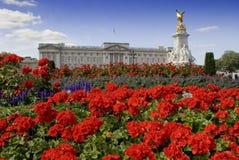 Buckingham Palace y jardín de flores imagen de archivo libre de regalías