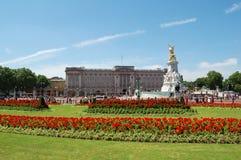 Buckingham Palace y jardines imagen de archivo libre de regalías
