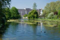 Buckingham Palace y parque de San Jaime Fotos de archivo libres de regalías