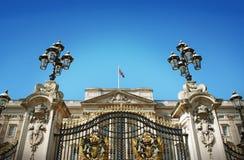 Buckingham Palacepoort en Britse Vlag Stock Foto