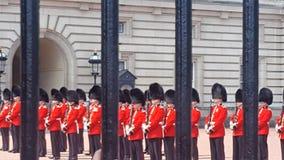 Buckingham Palacewachten stock fotografie