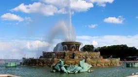 Buckingham springbrunn Chicago Illinois mot blå himmel med vita moln stock video