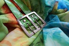 Buckla av det gröna bältet på draperad chiffong royaltyfria foton
