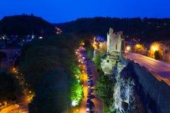 Buckla Creuse och trafikstockning på natten, Luxembourg Royaltyfri Bild