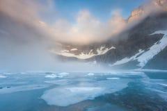 Buckla dimma över isbergsjön, glaciärnationalpark arkivbild