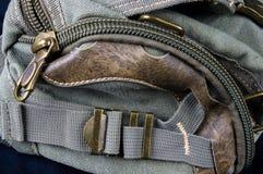 bucklor, omfamningar, blixtlås, fack, hållare, monteringar och sömmar på handväskan av grovt bomullstyg arkivbilder