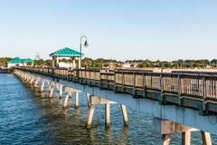 Buckroe海滩渔码头的人们在汉普顿, VA 免版税库存照片