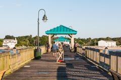 Buckroe海滩渔码头的渔夫在汉普顿, VA 免版税库存照片