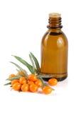 Buckthorn olej z jagodami i liśćmi na białym tle Zdjęcie Stock