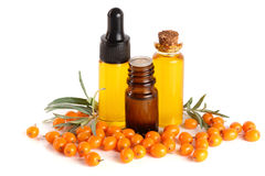 Buckthorn olej z jagodami i liśćmi na białym tle Fotografia Stock