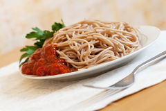 Buckwheatspaghettideegwaren met tomatenketchup Stock Foto
