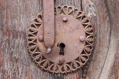 Buco della serratura d'annata sulla vecchia porta di legno immagine stock