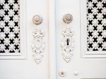 Buco della serratura e maniglia in vecchie porte bianche Immagine Stock