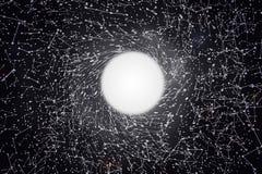 Buco nero massiccio nel centro dell'immagine, punti collegati bianchi intorno, concetti della rete immagini stock libere da diritti