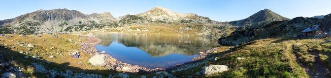 Bucura sjö och Retezat berg, Rumänien Arkivbilder