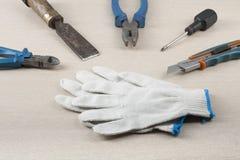 Budów narzędzia i prac rękawiczki na drewnianym tle Obraz Royalty Free