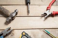Budów narzędzia na drewnianym tle Odbitkowa przestrzeń dla teksta Set asortowany pracy narzędzie przy drewno stołem Odgórny widok Obraz Stock