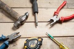 Budów narzędzia na drewnianym tle Odbitkowa przestrzeń dla teksta Set asortowany pracy narzędzie przy drewno stołem Odgórny widok Obrazy Stock
