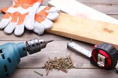 Budów narzędzia na popielatym drewnianym biurku obraz stock