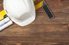 Budów narzędzia, rysunki i biały hełm na drewnianym tle, Odbitkowa przestrzeń dla teksta Odgórny widok obraz stock