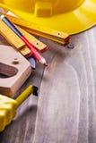 Budów narzędzia ustawiają drewnianego metrowego tapelie hełm Fotografia Royalty Free