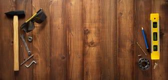 Budów narzędzia na drewnianym tle Zdjęcia Royalty Free