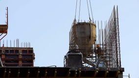 Budów pracy na placu budowym, dźwigowy dostarcza zbiornik z betonem zdjęcia royalty free