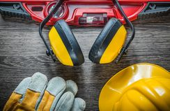 Budów rękawiczek ciężkiego kapeluszu równi zbawczy earmuffs na drewnianym boa Zdjęcie Stock