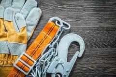 Budów rękawiczek zbawcza patka na drewnianej desce fotografia stock
