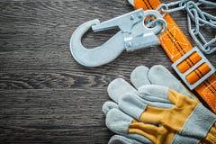 Budów rękawiczek zbawcza patka na rocznik drewnianej desce obraz royalty free