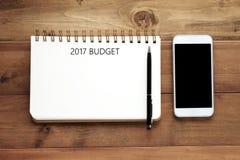 2017 budżetów słowo na pustym notatnika papierze, piórze i mądrze telefonie dalej, Zdjęcia Royalty Free