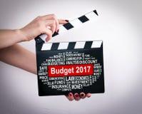 Budżeta 2017 pojęcie Kobieta wręcza mienie filmu clapper Fotografia Royalty Free
