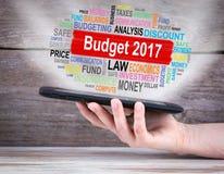 Budżeta 2017 pojęcie pastylka komputer w ręce drewniany tła Fotografia Royalty Free