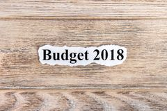 BUDŻETA 2018 tekst na papierze Słowo budżet 2018 na poszarpanym papierze com pojęcia figurki wizerunku odpoczynku dobra trwanie t Zdjęcia Stock