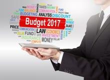 Budżetuje 2017 pojęcie, młody człowiek trzyma pastylkę komputerowa Fotografia Stock