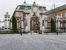 Buda城堡的门在布达佩斯在一个多云春日 免版税库存图片