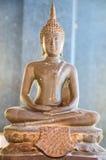 Buda antiga de bronze pequena da estátua no templo imagens de stock